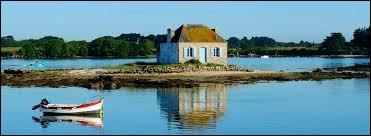 On retrouve cette beauté insolite dans cette maison de pêcheur à Saint-Cado sur la Ria d'Etel. On dit que la vue y change constamment en fonction de la lumière et de la marée : région riche en moules, palourdes, coques ou bigorneaux. Dans quel pays se trouve ce bourg d'Etel, autrefois premier port thonier de la côte atlantique ?