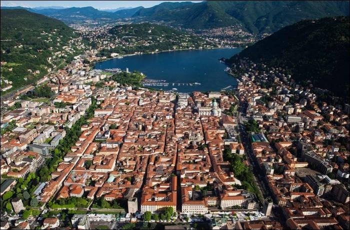 Ville italienne, au bord de son lac :