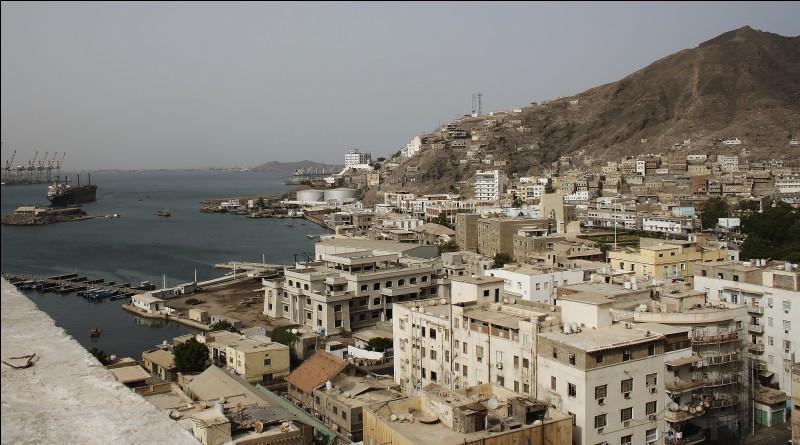 Située sur son golfe, entre la corne de l'Afrique et la péninsule arabique, à 170 km à l'est du détroit de Bab el Mandeb :
