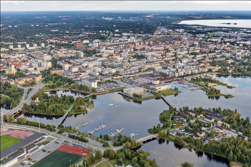 Ville de 200 000 habitants du grand nord finlandais, à 150 kilomètres au sud du cercle polaire arctique, au fond du golfe de Botnie :