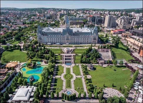 Ville de Roumanie, l'une des plus importantes du pays, capitale de la Moldavie roumaine :