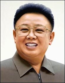Pays : Corée du Nord Date : 1941-2011Faits : répression des opposants politiques, suppression de la liberté de presse, de religion, famine, contrôle entier et absolu par l'tat Chute : crise cardiaque, succession de son fils immédiate Quel est cet homme ?