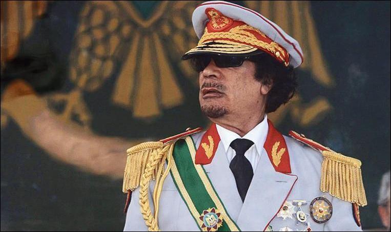Pays : Libye Date : 1942-2011Faits : exécutions publiques, massacre des opposants politiques, persécutions, suppression de la liberté de la presse Chute : le printemps arabe, tué avec son fils par des rebelles Quel est cet homme ?
