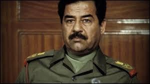 Pays : Irak Date : 1937-2006Faits : règne sans partage, génocide, massacre de DoujaïlChute : renversé par les États-Unis, pendaison. Qui est cet homme ?