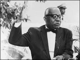 Pays : Haïti Date : 1907-1971Faits : rites vaudou, élimination des adversaires politiques, assassinats de milliers de personnes, obligation de la religion Chute : maladie, son fils lui succède dès le lendemain de sa mort. Qui est cet homme ?