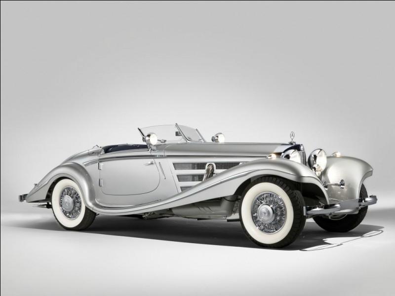 Aujourd'hui assimilé aux automobiles premium Mercedes-Benz, de fait de sa rareté en tant que prénom, Mercedes fut un nom féminin avant d'être une firme. Mais d'où vient l'abandon du nom Daimler, au profit de celui de Mercedes ?