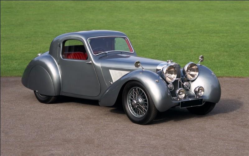 La firme britannique Jaguar existe depuis 1922 mais ne s'appelle ainsi que depuis la fin de la Seconde Guerre mondiale et s'appelait avant Swallow Sidecar. Pourquoi ce changement de nom ?