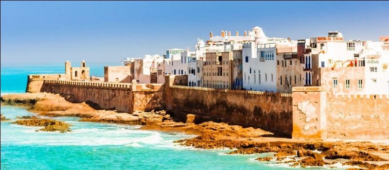 Au bord de quel océan est située la ville d'Essaouira ?