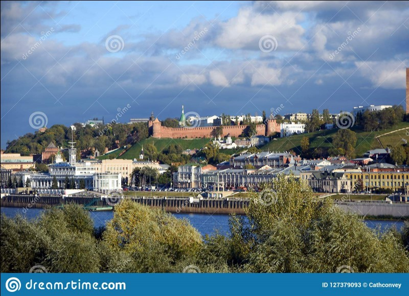 La Volga, plus grand fleuve d'Europe, se jette dans...
