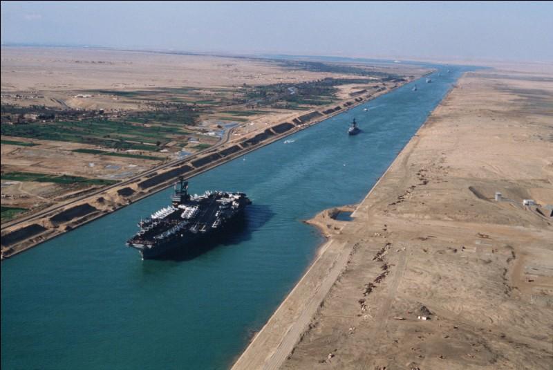 Quel passage maritime débouche en mer Méditerranée ?