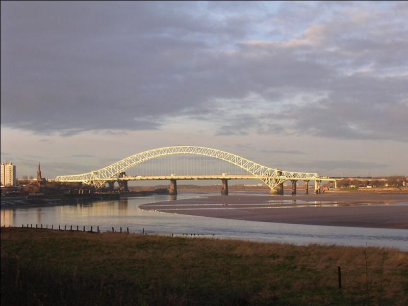 """Dans quel pays se situe """"Silver Jubilee Bridge"""" ?"""
