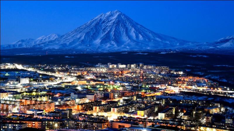 Quelle ville de Russie se situe le plus à l'est ?
