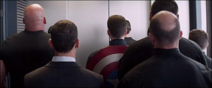À quelle scène d'un film du MCU, la scène de l'ascenseur fait-elle référence ?