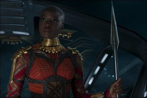 Qui Okoye écorche-t-elle lors de la bataille finale ?