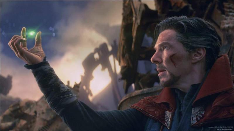 Quel signe Dr.Strange fait-il à Stark pour lui dire que la phase finale se finit maintenant ?