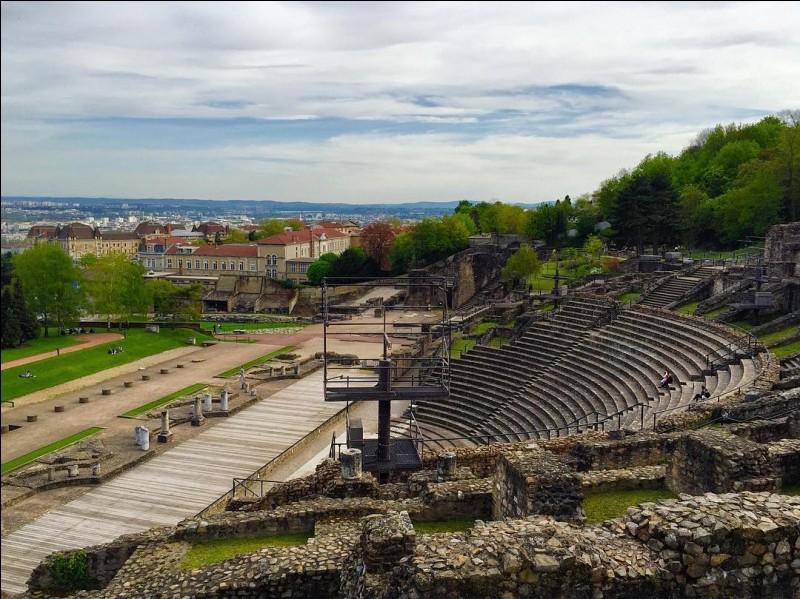 """Allons, pour finir, nous fourvoyer à Fourvière, dans les arènes de l'ancienne Lugdunum (Lyon) ! Si l'on sait que """"dunum"""" désigne en gaulois une colline, que signifie la 1e partie du nom de cette ville ?"""