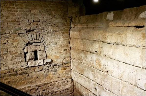 """C'est en - 50 que les Romains baptisent """"Colonia Claudia Ara Agrippinensium"""" la ville actuelle de ..., territoire de la tribu germanique .... (Complétez !)"""