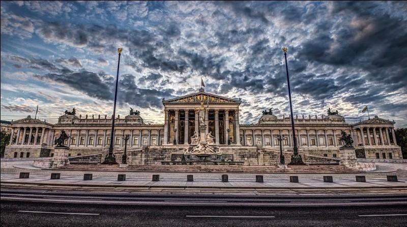 Ceci est le parlement d'une ville qui se trouvait autrefois sur la frontière de l'Empire romain, sur le fleuve ... et s'appelait Vindobona, aujourd'hui .... (Complétez !)