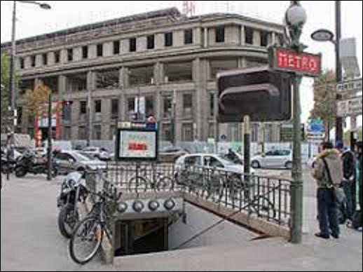 Terminus occidental de la ligne 8, située dans le 15e arrondissement, la station ''Balard'' fut inaugurée le 27 juillet 1937. Portant le nom du chimiste et pharmacien Antoine-Jérôme Balard. Ce dernier découvrira, en 1826, un élément chimique au numéro atomique 35. De quoi s'agit-il ?