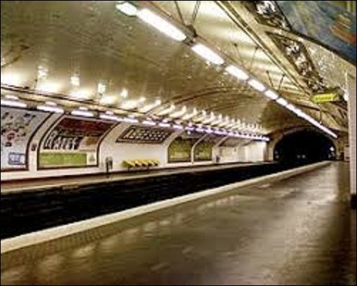 Station de la ligne 12, ouverte le 30 janvier 1913, la station ''Abbesses'' doit son nom à la place des Abbesses qui fait référence à une construction datant de Louis VI en 1133-1134. Édifice fermé en 1790, vendu en 1794 et démoli sauf l'église. Quel bâtiment était accolé à ce lieu de culte ?