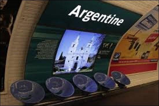 Dénommée initialement ''station Obligado'', car débouchant à proximité du sud-est de cette rue, laquelle célébrant une victoire franco-britannique sur l'Argentine en 1845, devient ''station Argentine'' le 25 mai 1948 . Quel est le nom de la capitale de ce pays d'Amérique du Sud ?