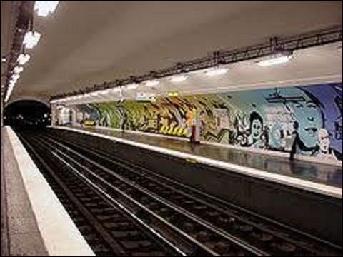 Située dans le 7e arrondissement de Paris, sur la ligne 12, la station ''Assemblée nationale'' fut ouverte le 5 novembre 1910, sous le nom de ''Chambre des députés''. Quel est le nom du bâtiment où se rassemblent les élus ?