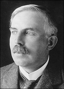 En 1918, de quoi Ernest Rutherford a-t-il élaboré l'hypothèse ?