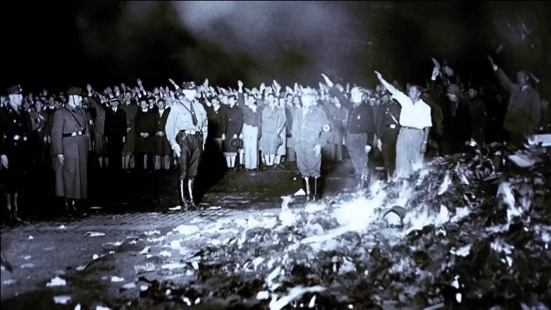 La photographie ci-contre, prise le 10 mai 1933 à Berlin, illustre...