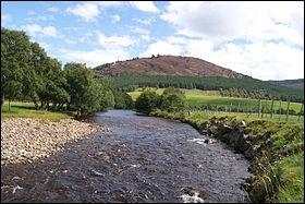 Ce fleuve écossais prend sa source dans les Cairngorms et se jette dans la mer du Nord à Aberdeen après 145 km :