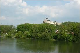 C'est la plus longue rivière de Slovaquie. Elle prend sa source dans les Basses Tatras et rejoint le Danube au niveau de Komárno :