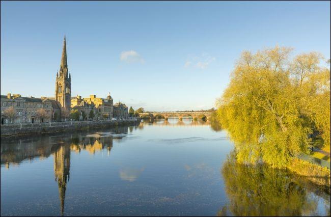 Issu des monts Grampians, ce fleuve écossais forme un loch, arrose Perth puis rejoint la mer du Nord dans un estuaire au bord duquel se trouve Dundee :