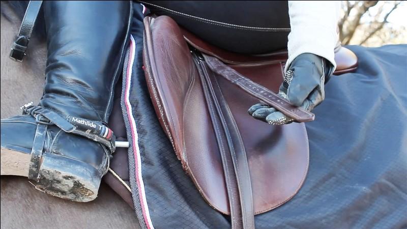 Comment procéder pour régler les étriers tout en étant à cheval ?