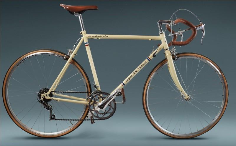 Combien de kg pèse la bicyclette en acier ?