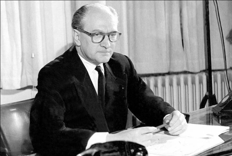 Homme politique socialiste, président du Conseil sous la IVe République de février 1956 à juin 1957 :