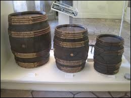 Ancienne mesure de capacité, de valeur variable (de sept à huit litres) et utilisée principalement pour les spiritueux :