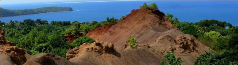 A Mayotte, les zones déforestées aux sols rougeâtres sont appelées des padzas.
