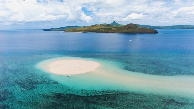 Le récif de corail de Mayotte est l'un des plus grands lagons fermés du monde, l'un des plus profonds, et l'un des seuls à disposer d'une double barrière.