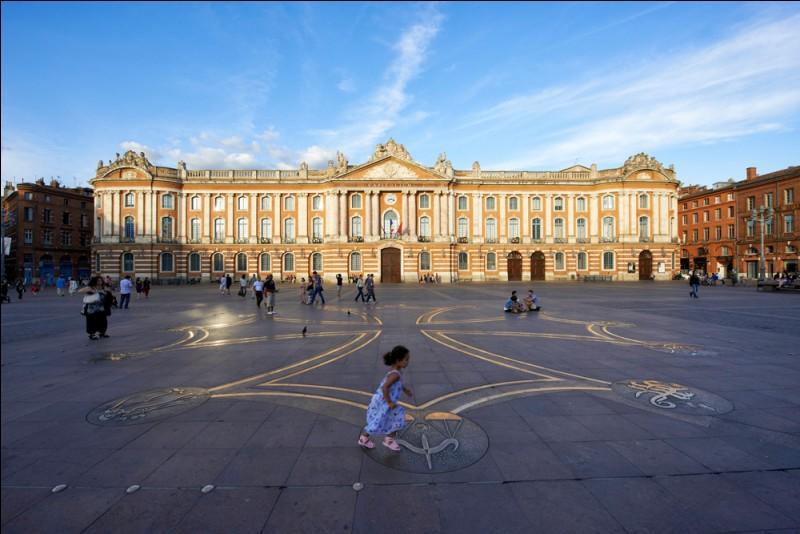 Qu'abrite le Capitole de Toulouse ?