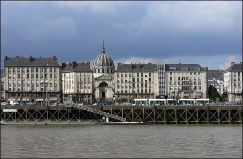 Près de quel fleuve l'église Notre-Dame-de-Bon-Port, à Nantes, se trouve-t-elle ?