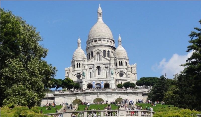 Au sommet de quelle butte la basilique du Sacré-Coeur se situe-t-elle ?