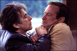 Quel film avec Robin Williams et Al Pacino met en scène un inspecteur qui perd ses sens dans une région où le soleil ne se couche pas avant deux mois et où un tueur s'amuse avec lui ?