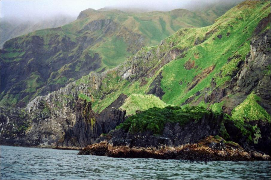 Comment s'appelle l'archipel le plus important rattaché à l'Alaska ?