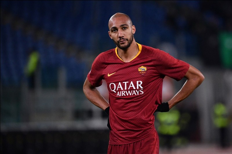 Je suis né le 15 décembre 1988 à Colombes, je suis milieu de terrain à la Roma, je suis le joueur le plus grand de l'équipe avec 1.96 m.