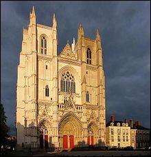 """Quand la cathédrale de Nantes a-t-elle connu un baptême de feu ? (Indice : l'année où sont sortis les films """"Le Grand Blond avec une chaussure noire"""" avec Pierre Richard et """"la Scoumoune"""" avec J.P. Belmondo)"""