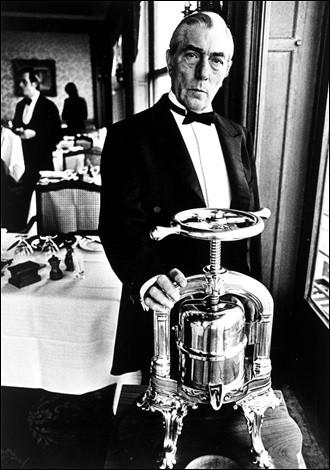 """Quel nom est donné dans le restaurant """"La Tour d'argent"""" au personnel de salle qui s'occupe exclusivement de la préparation du canard au sang ?"""