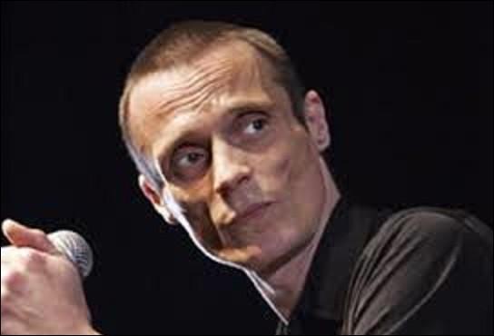 Mort du sida à Paris le 10 janvier 2010, Mano Solo est un chanteur, guitariste, dessinateur, et peintre. Né à Châlon-sur-Marne le 24 avril 1963, il est considéré comme un héritier de la chanson réaliste. Il est inhumé dans la division 10. Quel est le nom de son père qui trouva la mort tragiquement lors de l'attaque djihadiste de la rédaction de Charlie Hebdo le 7 janvier 2015 ?