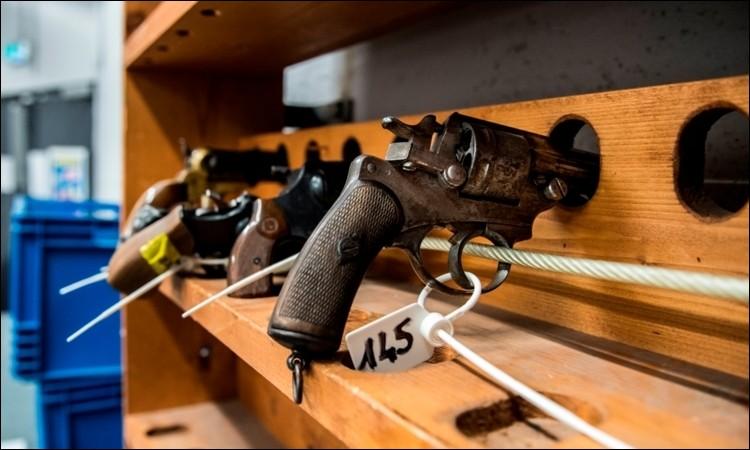 Dans la caserne, certains gendarmes qui regagnent leur domicile doivent ranger leur armes au sein de...