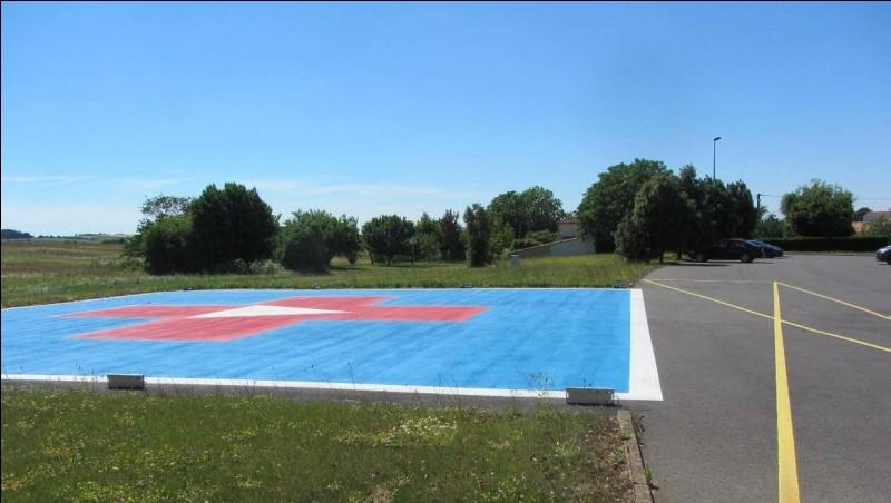 Juste à proximité de ce terrain, cette zone bleue peut accueillir tout type d'hélicoptère. C'est une...