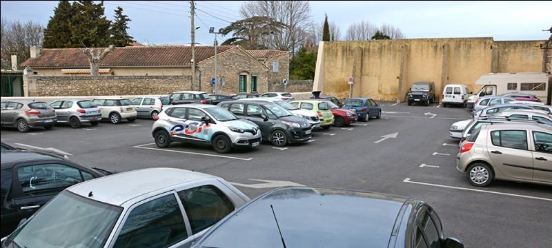 Avant de pénétrer au sein de la caserne, il est nécessaire pour les militaires de franchir une barrière et de garer leurs véhicules sur ces emplacements. Ce sont des places de...