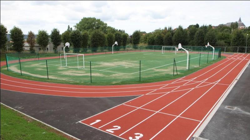 Sur ce terrain, les personnes qui vivent au sein de la caserne, peuvent pratiquer le football, le basket et faire un petit footing. Comment s'appelle ce type de terrain ?